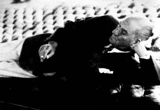 23 Ocak 1938  Atatürk'ün, Yalova'ya çağrılan Prof. Dr. Neflet Ömer İrdelp tarafından muayenesi.