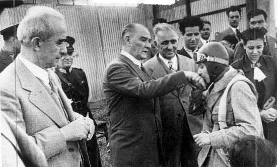 30 Ağustos 1938  Atatürk'ün, Sabiha Gökçen'i kabulü, o günkü tüm gazetelerde yer alan 30 Ağustos'la ilgili yazıları okutarak dinlemesi