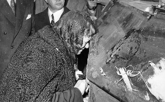 Atatürk'ün kız kardeşi Makbule Atadan, basşını tabuta dayamış ve dakikalarca öyle kalmıştır.