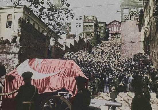 ATATÜRK'ün naaşı Dolmabahçe Sarayı'ndan ayrılırken - İstanbul, 19 Kasım 1938