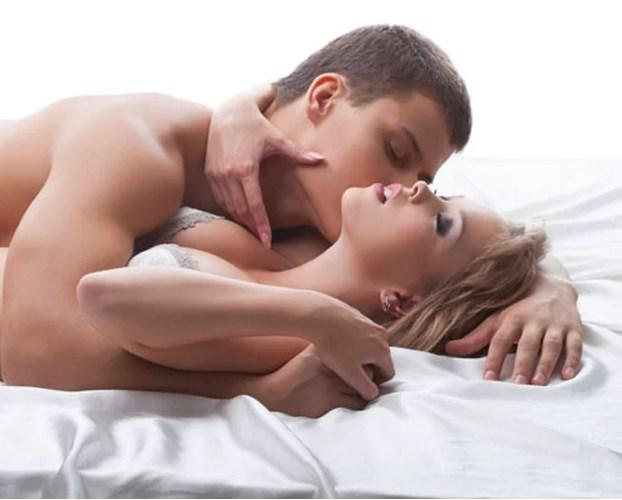 İlişkinin sonunda iki tarafında mutlu olarak bitirdiği kaç deneyiminiz oldu? Hangi pozisyonlar sizi zirveye yaklaştırıyor? Her seferde orgazm olmak mümkün mü? Orgazmla alakalı bütün sorulara bilimin cevabı var!   Sevgilisiyle/eşiyle seks yapan kadınlar daha çok orgazm oluyorlar!  Bir araştırmaya göre, partneri ile duygusal bir ilişkisi olan kadınlar, öylesine seks yapan kadınlara göre seks sırasında daha yüksek oranda orgazm olmaya meyilliler.  Kaynak fotoğraflar: Pinterest, Pixabay, Google yeniden kullanım
