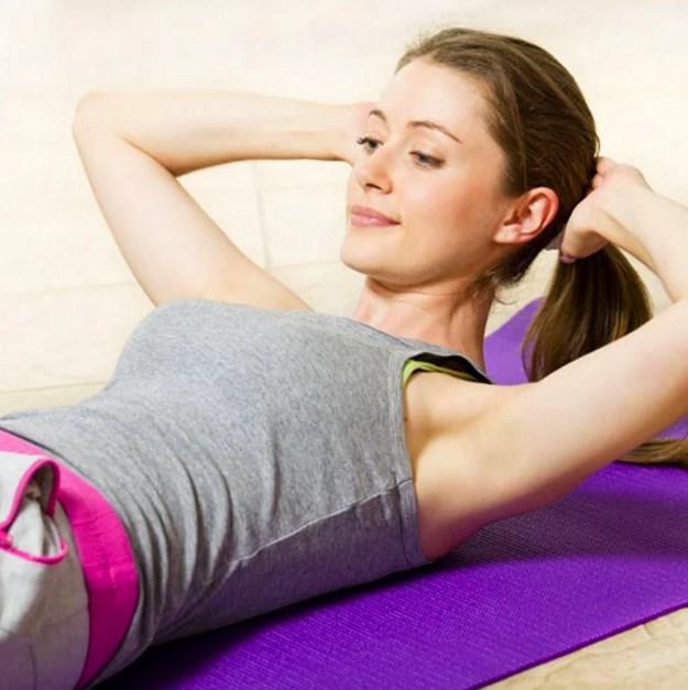 """Yaptığınız egzersizler de sizi orgazma ulaştırabilir.  Kegel egzersizleri, size orgazm yaşattırabilecek tek egzersiz değildir.  Belirli karın hareketleri size bilindiği adıyla """"coregazm"""" ı yaşatabilir."""