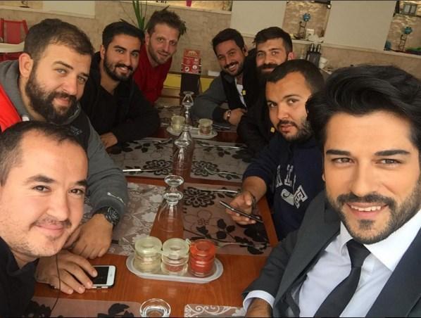 Burak Özçivit  Anca beraber kanca beraber. #KaraSevda ekibi yemekte... Ekip candır...