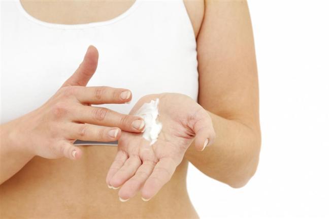 10. Elleri unutmayalım   Kışın olumsuz koşullarından en çok etkilenen yerlerden biri de muhakkak ki ellerimizdir. Yüksek nem içerikli kremler ve açık havada eldiven kullanmaya özen göstermek bu durumu tamamen önleyecektir.