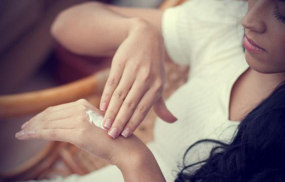 2. Sağlıklı cildin ilk adımı nemlendiricidir  Nem miktarı kışın daha az olduğu için bu aylarda nemlendiricilere daha fazla iş düşüyor. Cildinizin günlük nem ihtiyacını tamamen karşılayan doğru nemlendirici ile cildinizi kışa hazırlayabilirsiniz.