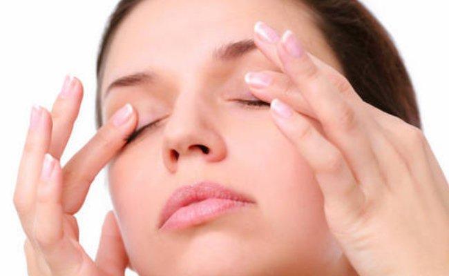 4. Gözleriniz kızarmasın   Rüzgar ve kuru hava hassas gözler için pek iyi bir kombinasyon olmasa da ilaçsız tuzlu gözyaşı damlaları ile gözlerinizi nemlendirerek kızarmayı önleyebilirsiniz.