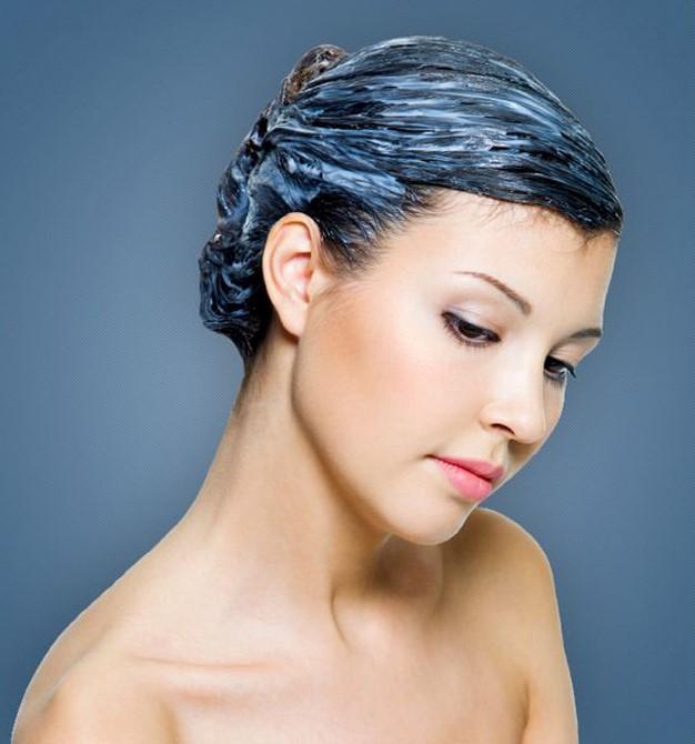 7. Saç kremi iyi bir tercih  Saçlarınızın nemlendiricisi saç kremleri kış aylarında elektriklenmeyi azalttığı gibi taramada da kolaylık sağlar. Saç uçlarındaki kırılmalar için bir kaç damla zeytinyağı ile geniş dişli bir taraktan yardım alabilirsiniz.