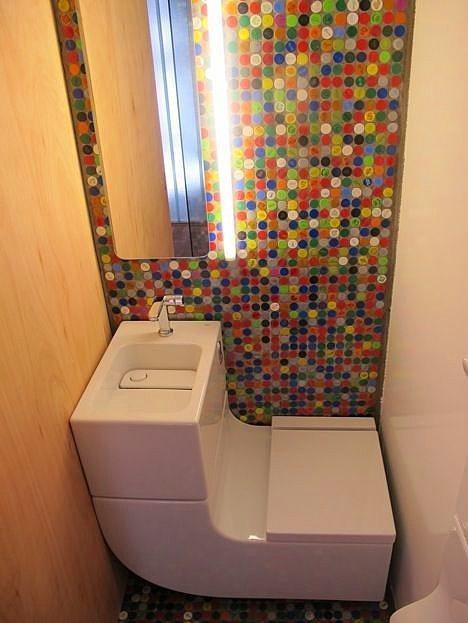 7. Bundan daha küçük tuvalet olur mu? Ama her şeyi var, üstelik sudan tasarruf da ediyorsun.