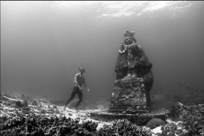 """Sualtındaki Meryem: Sualtındaki kutsal mekan, Bohol – Filipinler  2010 yılında, bölgede dinamit ve siyanürle yapılan kaçak balıkçılıkla mücadele için gerçekleştirilen projede, Bien Unido Bariyer Resifi Sualtı Parkı'na 4 metre boyunda bir """"Meryem ve Genç İsa"""" heykeli indirildi. Böylece mekan, dini ziyaretlerin yapıldığı bir bölgeye dönüşmüş oldu."""