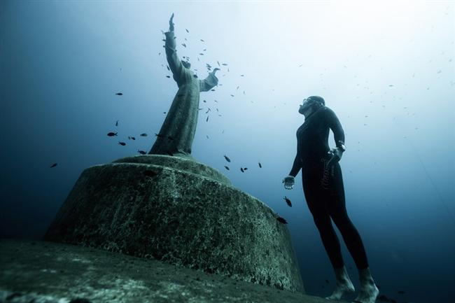 Sualtındaki kutsal mekan: Christ of the Abyss heykeli, Portofino – İtalya  Scuba dalgıçlığı alanındaki öncülerden olan Dario Gonzatti'nin 1947 yılında hayatını kaybettiği noktaya dikilen 2,5 metre yüksekliğindeki bronz heykel, İtalyan heykeltıraş Guido Galletti tarafından yapılmış. Yüzeyin 10 metre altında yer alan heykel, bölgeye gelen hemen hemen bütün scuba ve serbest dalışçıların uğrak noktası haline gelmiş.