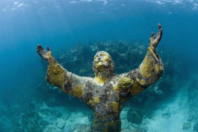 Sualtındaki İsa: Christ of the Abyss, Key Largo – Florida  Heykeltraş Galetti aynı kalıptan üç tane İsa heykeli yapmış. Heykellerden ikincisi, 1961 yılında batan M.V. Bianca C adlı yolcu gemisi anısına Grenada'da yatıyor. Üçüncüsü ise Key Largo'daki John Pennekamp Mercan Resifi Eyalet Parkı'nda bulunuyor. GPS koordinatları herkesin ezberinde olan heykeli görmek için size gereken sadece bir çift palet.
