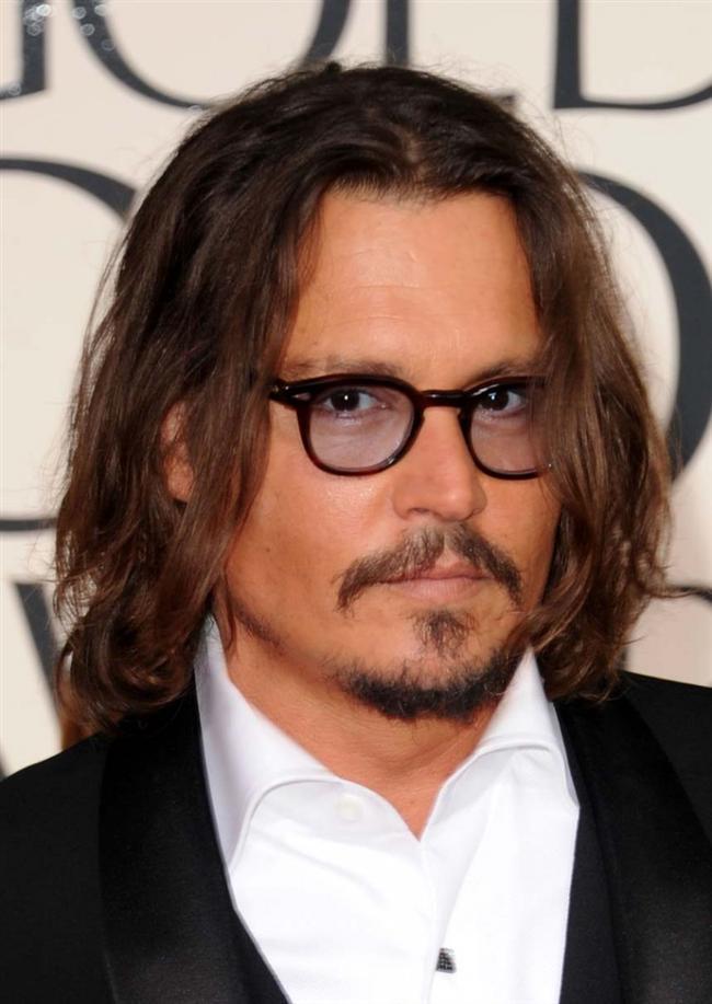Johnny Depp'in ise Fransız şarkıcı ve oyuncu Vanessa Paradis ile birlikte yaşadığı dönemde ilginç huyları varmış evin içinde. Paradis'nin yüksek topuklu ayakkabılarını ya da elbiselerini giyip onu güldürürmüş.