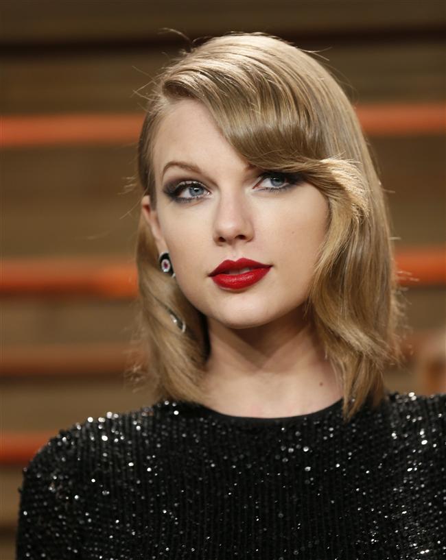 Taylor Swift ise evinde tam bir kedi kadın. Kendisi de bir kedi sahibi olan genç şarkıcının evinin her yerinde bu sevimli dostlarının fotoğrafları asılı. Ayrıca yardımcıları Swift'in iç çamaşırları da dahil büyük giysilerinin ve evinin her yerinin kedi tüyleriyle kaplı olduğunu söylüyor. Bunları temizlemek elbette onların görevi. Swift, yardımcılarına süt ve mama almalarını söyleyip dışarıdaki kedileri de beslermiş.
