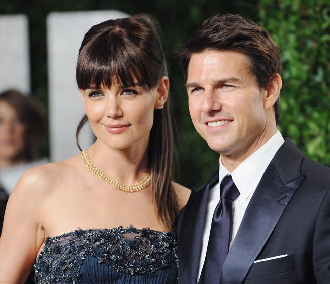 Tom Cruise ile Katie Holmes evli oldukları sırada yaşadıkları ev kelimenin tam anlamıyla sıkı bir disiplin ve sarsılmaz kurallarla yönetilirmiş. Tıpkı bir otel gibi misafirlerin ve akrabaların eve giriş çıkışları da belirli saatlere bağlanmış, Ayrıca Tom Cruise kelimenin tam anlamıyla temizlik takıntısına sahipmiş. Kendi jimnastik aletlerini eşinin bile kullanmasına izin vermezmiş.