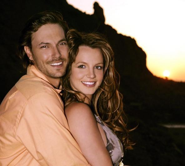 Britney Spears ile eski eşi Kevin Federline'ın ayrılığı da benzer şekilde oldu. Yani Spears, o dönem evli olduğu Federline'dan ayrılmak istediğini ona bir mesajla bildirmiş. O sırada Federline bir röportajın tam ortasındaymış. Takip edenler bilir, çiftin ayrılığı çok sancılı olmuştu. Spears ve Federline iki çocuklarının velayeti yüzünden birbirlerine girmiş, Spears uzun süreli bir depresyon geçirmişti.