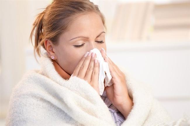 Soğuk algınlığı ile grip ayırt edilmeli!   Yavaş yavaş gelişen halsizlik, hapşırık, burun tıkanıklığı, burun akıntısı, boğaz ağrısı, balgamlı ya da kesik kesik öksürme, soğuk algınlığının belirtileridir. Soğuk algınlığı ayakta ve hafif olarak atlatılır.   Grip belirtileri ise, aniden ortaya çıkar. Hasta sabah işe giderken iyidir, 3-6 saat içinde birden üşüme, aşırı halsizlik, yorgunluk, ateş yükselmesi ortaya çıkar. Yaygın vücut ve baş ağrısı, özellikle göğüste rahatsızlık (baskı, ağrı) hisseder.   Yorgunluk tahammül edilmez boyutlara ulaşır, tabloya kuru karakterde bir öksürük eşlik edebilir.