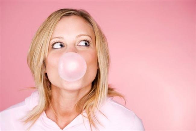 Çok yemekten şikayetçiyseniz iştahınızı kontrol altına alamıyorsanız bu önerilerle aşırı yemeyi engelleyebilirsiniz. İşte size öneriler...  Sakız çiğneyin  Eğer açken alışveriş yapıyorsanız reyonlara yönelmeden önce ağzınıza şekersiz bir sakız atın. Sakız çiğnerken daha az açlık hissedersiniz ve abur cuburlara daha az ilgi duyarsınız.Alışveriş bittiğinde ise cips gibi yüksek kalorili yiyeceklerin yanı sıra sebze gibi sağlıklı yiyecekleri daha fazla satın aldığınızı görürsünüz.