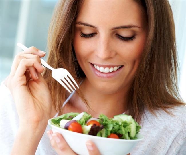 Sağlıklı tabakla başlangıç  Eğer evde yemek hazırlıyorsanız ya da bir açık büfedeyseniz en sağlıklı yiyeceklerle tabağınızı doldurmaya başlayın,önceliğiniz yeşillikler,sebzeler sonra da et ve et ürünleri olsun.Araştırmalar açık büfede insanların aldıkları ilk yiyeceklerin büyük porsiyonlu olduğunu göstermiştir.Bu yüzden tabağınızı doldurmadan önce bir kez daha düşünün!