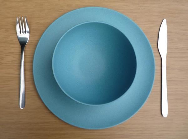 Mavi tabak kullanın  Renklerin yiyeceğiniz miktarlarda etkili olduğunu biliyor muydunuz? Kırmızı,turuncu tabaklarla yemek iştahınızı arttırır.Mavi tabak ise iştahınızı azaltarak daha az yemenizi sağlar.