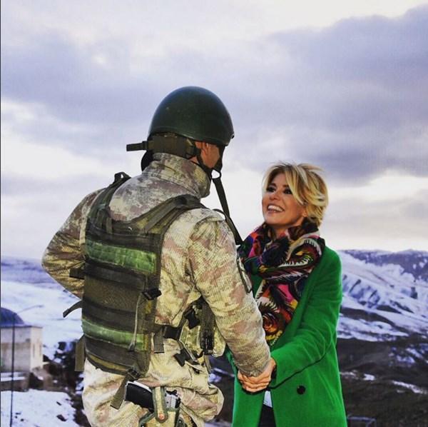 Gülben Ergen  Allah'a emanet ol askerim... Ağrı/Doğubayazıt Ishak Paşa Sarayı... Ağrı Dağı... Yüzü gülen askerim... Elleri buz askerim. Vatanın Yılmaz Bekçileri✋
