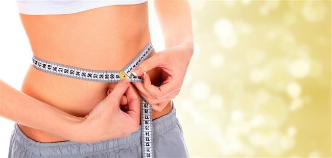 """Lastik göbek:  Bu şekle sahip göbekler yanlış beslenme ve az egzersiz nedeniyle oluşur, zayıflatmak kolaydır. Genellikle ofiste masa başında çalışanlar ve şekerli yiyecekleri sevenlerde oluşurlar.  Ne yapmalı?  Alkolü azaltın. İçindeki şeker göbeğinizin daha da genişlemesine neden olur.  Alkolsüz geçen iki hafta sonunda sağlıklı besinler tüketmeye ve daha çok hareket etmeye özen gösterin. """"Az yağlı ve diyet"""" abur cuburlardan kaçının.  Balık, yumurta, organik et ve sebze gibi yiyecekleri tercih edin. Örneğin güne yumurta, ızgara tavuk ve sebzeyle başlayın. Avokado, fındık gibi iyi yağları tüketmekten korkmayın.  Egzersiz olarak ise yürüyüşe çıkmak veya yoga yapmak yararlı olacaktır."""