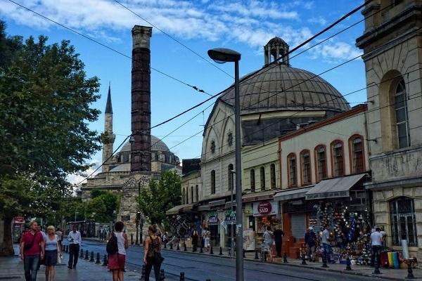 Çemberlitaş:  Bizans'ın en önemli meydanlarından Constantinus Forumu'nun bulunduğu yerdeki büyük sütunlardan birisi olan Çemberlitaş, semte adını verdi.