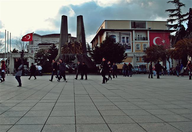 Bakırköy:  Bizanslıların 'Makri Hori' dedikleri semt, 14. yüzyılda Osmanlıların eline geçince 'Makriköy' adını aldı. 1925'te ulusal sınırlar içindeki yabancı kökenli adların değiştirilmesi sırasında Atatürk'ün isteğiyle semt Bakırköy adını aldı.