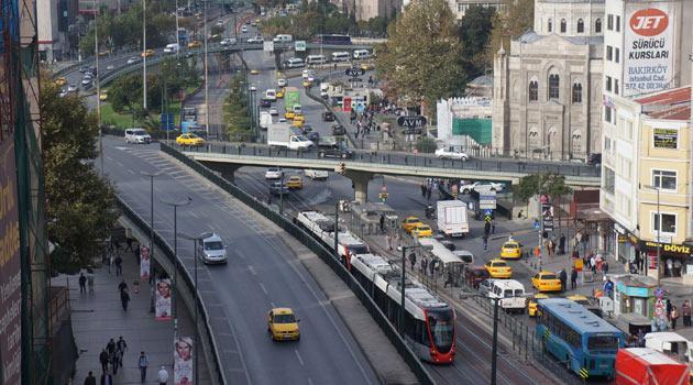 Aksaray:  Fatih'in sadrazamı İshak Paşa, İç Anadolu Bölgesi'ndeki Aksaray'ı ele geçirdikten sonra orada yaşayan bölge insanlarını bugünkü Aksaray semtinin bulunduğu yere gönderir. Aksaraylılar da semte adlarını verirler.