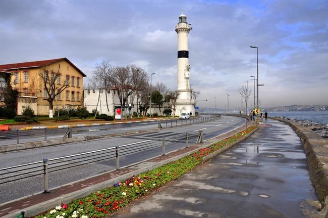 Ahırkapı:   Marmara Denizi'nin kıyısında yer alan yedi ahır kapısından birisi olan bu semte, Padişah atlarının bulunduğu has ahırın yanında yer aldığı için Ahırkapı ismi verildi.