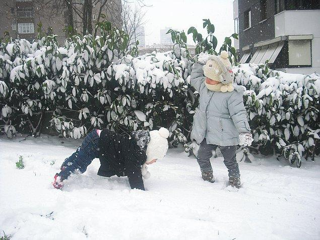 """Ve tabii doyasıya kar topu savaşı yapmak... Kimsenin size """"koca insana bak, ayıp!"""" dememesi :)"""