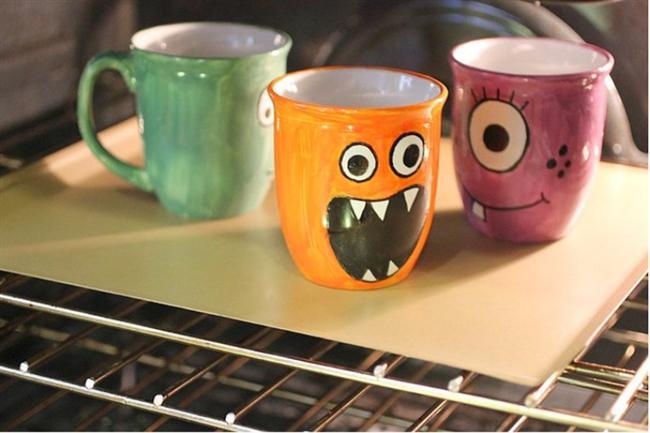 Kupalarınızı dilediğinizce ve tamamen kendinize özgü şekilde tasarlayın...  Beyaz bir kupa ve renkli boyalar kafi... Çizin, renklendirin, fırınlayın ve yepyeni bir kupanız olsun!