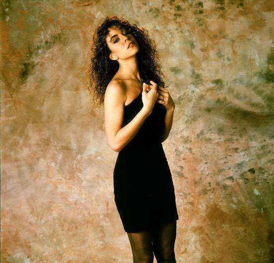 MARIAH CAREY  Mariah Carey, 90'larda kariyerinde hızla yükseldi.