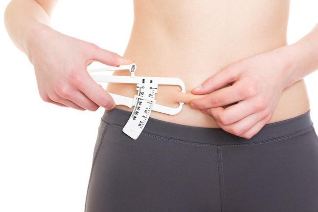 10-Çimdik testi  Nedir? Birçok zayıflama merkezinde vücut yağ oranınızı ölçmek için derinizi sıkıştıran pergeller kullanılıyor.  İşe yarıyor mu? Bu tamamen ölçümü kimin yaptığıyla alakalı. Eğer fitness antrenörü ise, aleti doğru kullanmıyor olabilir.  Nasıl yapılıyor? Pergel ile ölçmek vücudunuzdaki yağ oranı hakkında çok net bilgi verebilen bir yöntem olmasa da periyodik olarak bu testi her yaptırdığınızda çimdiklerin küçülüyor olması doğru gidiyorsunuz anlamına geliyor.
