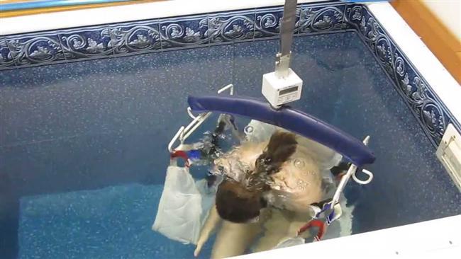 12-Sualtı kilo ölçümü  Nedir? Hidrostatik ağırlık ölçümü olarak da bilinen bu yöntemde, kişinin su dolu bir havuza girip bir oturak üzerinde kafasını öne doğru eğerek batması ve bu şekilde durması gerekiyor.  İşe yarıyor mu? Çok da kullanışlı olmadığına dair birçok eleştiri alan bir yöntem. Bu ölçüm sırasında suya batmanız ve ciğerlerinizden çıkarabildiğiniz kadar hava çıkarmanız gerekiyor. Bu her zaman kolay olmadığı için ölçüm on defa tekrarlanabiliyor. Diğer yağ ölçümü yöntemlerine göre pek de pratik değil.  Nasıl yapılıyor? Bazı zayıflama ve ölçüm merkezlerinde yapılabiliyor.