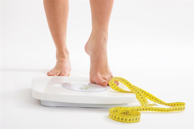 1-Vücut Kitle İndeksi  Nedir? Vücut Kitle İndeksi, boyunuzu ve kilonuzu karşılaştırarak sağlıklı kilonuzu bulmaya yarayan bir matematik işlemi. Çıkan rakam sizi, normal, kilolu  ve obez  olmak üzere bir kategoriye koyuyor. Beden Kitle İndeksi de deniyor.  İşe yarıyor mu? Her zaman değil. 2012'de yapılan bir araştırmaya göre BKİ normal çıkan kişilerin yüzde 29'unun aslında obez kategorisine girecek kadar yağa sahip oldukları ortaya konmuş. Bu sebeple BKİ hesaplaması aslında zayıf görünen ama yağ oranı fazla olan kişileri doğru ölçemiyor. Bir diğer yönü de, eğer gerçekten çok kaslı ve fit biriyseniz, kas dokusu fazla ağırlık yaptığından normal indeksinizin üstünde bir sonuç alarak fazla kilolu kategorisine girebilirsiniz.  Nasıl yapılıyor? Tarayıcınızdan Beden Kitle İndeksi hesaplayıcılarını aratarak, kilo ve boy bilgilerinizi girip hesaplayabilirsiniz.