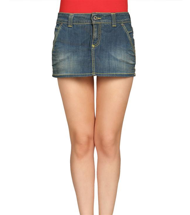 """3-İki bacak arasındaki boşluk  Nedir? İnternette yapılan bir araştırmaya göre birçok insan bu yöntemle kendini ölçmeye çalışıyor. Özellikle genç kızlar arasında oldukça yaygın bir konu. (İngilizce """"thigh gap"""" deniyor.) Eğer ayakta durduğunuzda iki bacağınızın birleştiği yerin üst kısmında bir boşluk kalıyorsa, zayıfsınız demektir.  İşe yarıyor mu? Hayır. Bu tamamen sizin  yapınıza ve kas yoğunluğunuza bağlı. Amerika'daki Obezite Hastalıkları Merkezi'nden Doktor Charlie Seltzer, bu yöntemin yağ oranınızı sağlıklı olarak ortaya çıkaramayacağını vurguluyor ve şu örneği veriyor: """"Yakın zamanda bir sporcuyla çalışmıştım, bacakları oldukça kaslıydı ve durduğu zaman iki bacağının arasında herhangi bir boşluk olmuyordu ancak kilosu ve yağ oranı son derece sağlıklıydı.""""  Nasıl yapılıyor? Aynanın karşısına geçip bacaklarınızın arasında boşluk aramaya gerek yok. Bu gibi halk arasında doğru olduğu düşünülen yanlış yöntemler özellikle genç kadınlarda ve ergenlikte yeme bozukluğuna yol açabilir."""