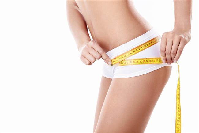 4-Bel-kalça oranı  Nedir? Bel-kalça oranı 0.8 ve üzerinde olan kadınların birçok ciddi hastalığa yakalanma riski daha yüksek.  İşe yarıyor mu? Evet. Hem bel çevresi ölçüsü hem de bel-kalça oranınız kalp hastalıkları ve obezite  riskiyle doğru orantılı. Bel-kalça oranı yüksek olan kadınların özellikle ilerleyen yaşlarda bu hastalıklara yakalanma riski daha yüksek.  Nasıl yapılıyor? Bir mezurayı kalçanızın en geniş yerinin etrafından sarın ve ölçüsünü alın. Aldığınız ölçüyü bel ölçünüzle birlikte tarayıcınızdaki bel-kalça oranı hesaplayıcılardan birini kullanarak hesaplayabilirsiniz.