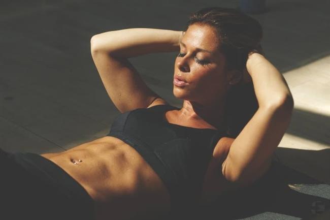 """5-Karın kasları  Nedir? Eğer karın kaslarınızı görebiliyorsanız, yani six-pack'iniz varsa, o halde fitsiniz.  İşe yarıyor mu? Biraz. Dr. Seltzer bunu şöyle açıklıyor: """"Derinizin altında ne kadaryağ olduğu aşağı yukarı metabolizmanızın ne kadar sağlıklı olduğu hakkında bilgi verir. Fakat sıkı karın kasları, düşük yağ oranı ve sıkı çalışma ile sıkı bir diyetin ürünüdür.""""  Nasıl yapılıyor? Kendinize aynanın karşısında bir bakın. Six pack'iniz olmasına gerek yok, biraz da olsa karın kaslarınızın şeklini görüyorsanız bu iyiye işaret. Eğer değilse, hayatınızda küçük değişiklikler yapıp diyet yapmaya başlama zamanınız gelmiş olabilir. Ancak en doğrusu doktora gidip kolesterol ve trigliserit ölçümlerinizi yaptırıp gerçek sonuçlara göre hareket etmeniz."""