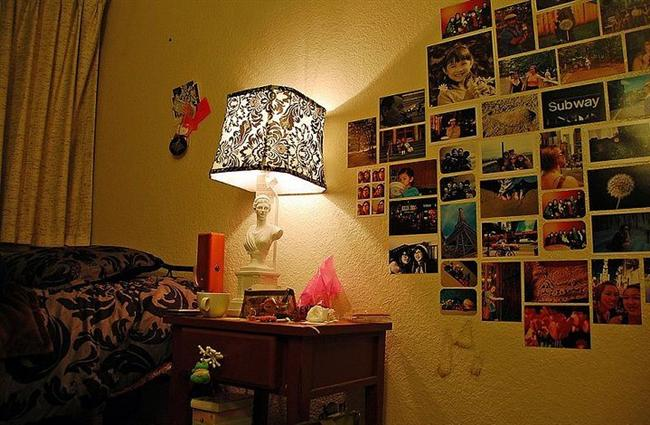 Duvarda Fotoğraf Köşesi   Fotoğraflardan oluşan bir duvar köşesi de gayet pratik ve oldukça başarılı bir yöntem. Her baktığınızda tebessüm etmeniz ya da nostalji yaşamanız da garanti. E daha ne olsun...