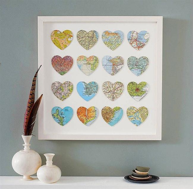 Duvarda Mini Kalpler   Tatilden döndükten sonra, elinize hemen gittiğiniz yerle ilgili bir harita alın ve onu makas yardımıyla kalp şeklinde kesin. İşte zamanla bu kalpler birike birike fotoğrafta örneğini gördüğünüz gibi bir dekoratif şahesere dönüşebiliyorlar. Üstelik her baktığınızda bir anının canlanması da cabası...