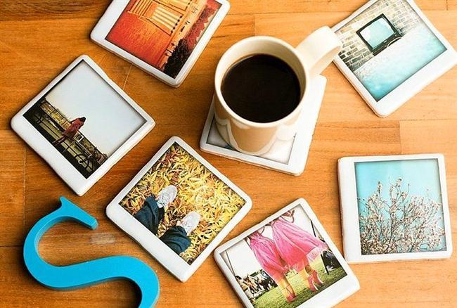 Fotoğraflarla Bezeli Kahve Altlıkları   Bazen olağanüstü anılar kadar, benzersiz anları da hatırlamak isteriz. Bunun en kolay yolu da fotoğraf çekmekten geçer. İşte bu kahve altlıkları da, o benzersiz anları her istediğinizde kafanızda yeniden canlandırmanızı sağlayacak, harika bir fikir. Üstelik oldukça da dekoratifler.
