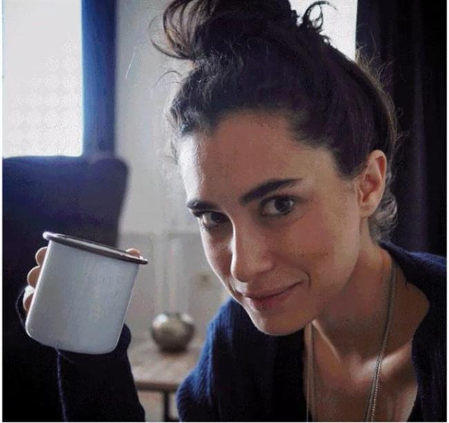 Kahve Tiryakisi:   Hande Doğandemir söz konusuysa tam bir kahve tiryakisiyle karşı karşıya olduğunuzu belirtmek isteriz. Kendisinin instagram pozları bu konudaki en büyük kanıtımız.