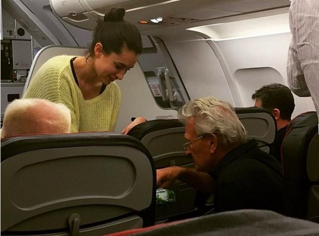 Rötar Yapan Uçakta Yolculara Çikolata Dağıtacak Kadar Alçakgönüllü