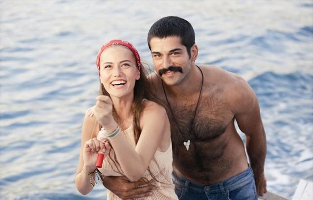 Şimdilerde ise Burak Özçivit'in dizi aşkı olan olan Fahriye Evcen'le mutlu bir birliktelik sürdürüyor.