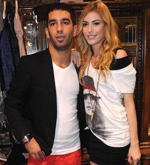 Sinem Kobal-Arda Turan  Uzun ve bir dargın bir barışık ilişkilerini sonlandıran Arda Turan ve Sinem Kobal bu ilişkilerinin ardındanda basında uzun süre beraber anıldılar.