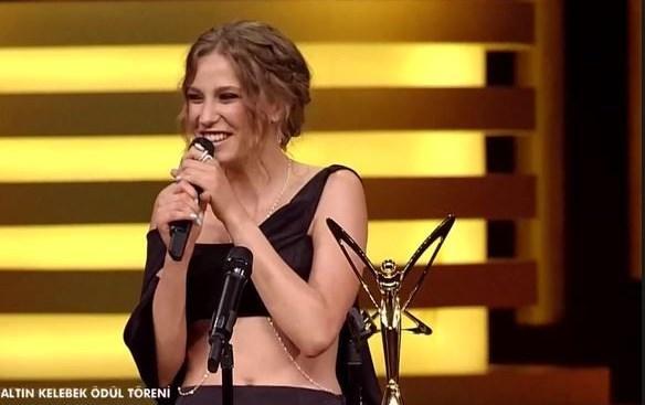 Yılın Kadını Ödülü'nden tutun da, Altın Kelebek En İyi Kadın Oyuncu Ödülü'ne kadar her şeyi sildi süpürdü.