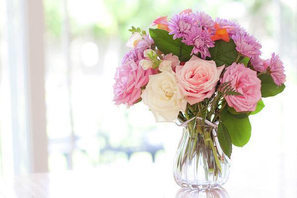 Masanızda Havalı Çiçekler:  Vazoda güzel çiçeklerle hem romantik hemde popüler bir görünümünüz olacak.