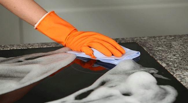 Ocak Temizliği  Kabartma tozunu sıcak su ile macun haline getirin. bunu bir bez ya da fırça yardımı ile ovalayarak uygulayın ve beş dakika bekleyin. sonrasında durulayabilirsiniz.   Kaynak: Onedio