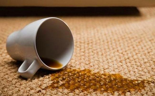 Kahve Lekesi  Kahve lekesinin baş düşmanı yumurta sarısıdır. Ilık su içerisine bir yumurta sarısını döküp iyice karıştırın. Onu lekenin üstüne sürüp bir iki dakika bekledikten sonra durulama suyu ile silin. Lekenin ortadan kaybolduğunu göreceksiniz.