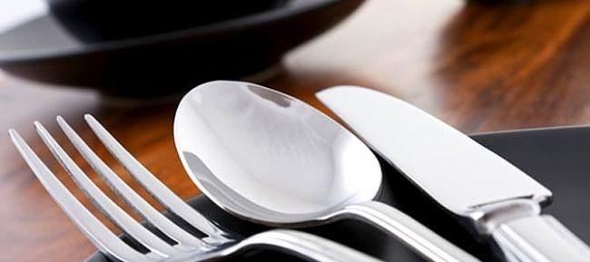 Gümüş Parlatma   Muhteşem bir akşam yemeği çatal, bıçaklarınızın mat görüntüsü ile mahvolabilir. Derin bir kabın içine ılık su doldurun. Kabartma tozu döktüğünüz suyun içine parlatmak isteğiniz metal eşyaları bırakın. Biraz beklettikten sonra bir sünger kullanarak soda ile iyice silin. En son soğuk suyla duruladığınız takdirde parlak ve temiz bir görünüm elde edecektir.